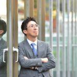 法務・会計プラザの弁護士法人「太田・小幡綜合法律事務所」に所属する行政書士である関上健一郎さんを取材