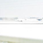 雪原に融雪剤をまくトラクター