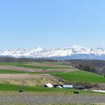 まだ雪が残る絶景の十勝岳連峰