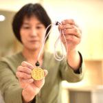 平取町のアイヌ工芸伝承館「ウレシパ」でアイヌ文様のペンダントを組み立てる体験