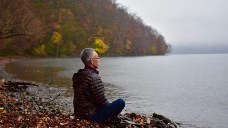 初冬の支笏湖で自然観察と座禅を体験するプログラム